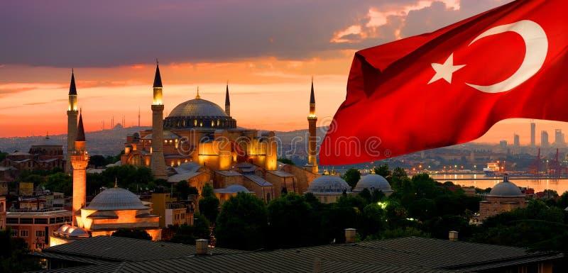 Bandeira e Ayasofya em Istambul imagem de stock royalty free