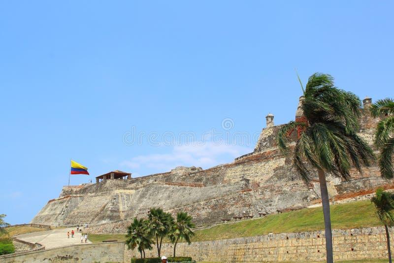 Bandeira e fortaleza colombianas de Castillo San Felipe fotografia de stock