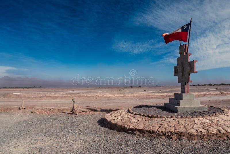 Bandeira e monumento chilenos no meio do deserto de Atacama durante a tempestade no deserto, San Pedro de Atacama, o Chile foto de stock royalty free
