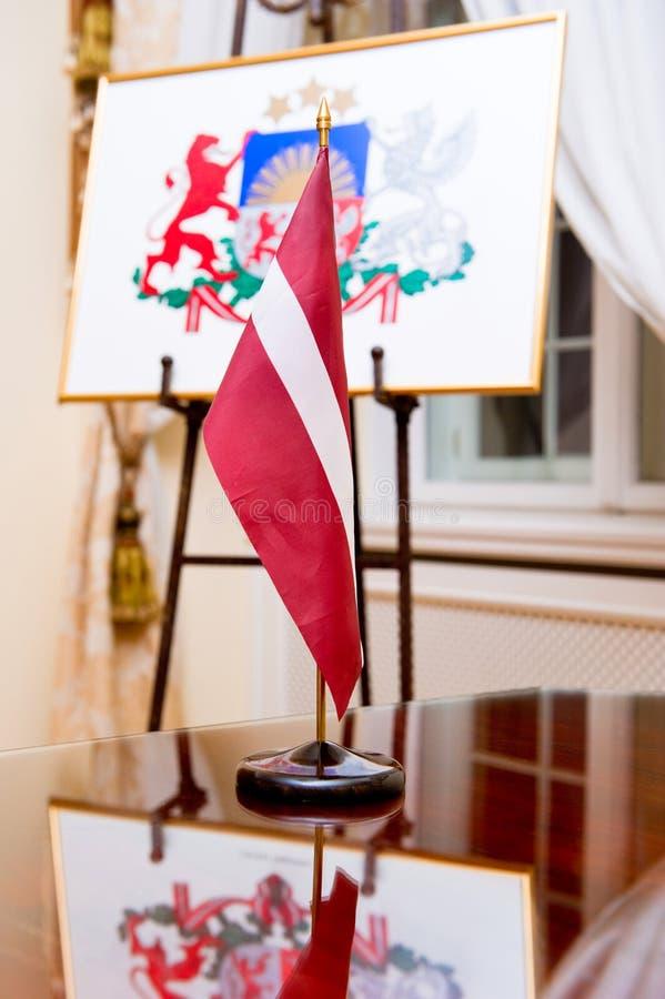 Bandeira e revestimento de braços de Latvia foto de stock royalty free