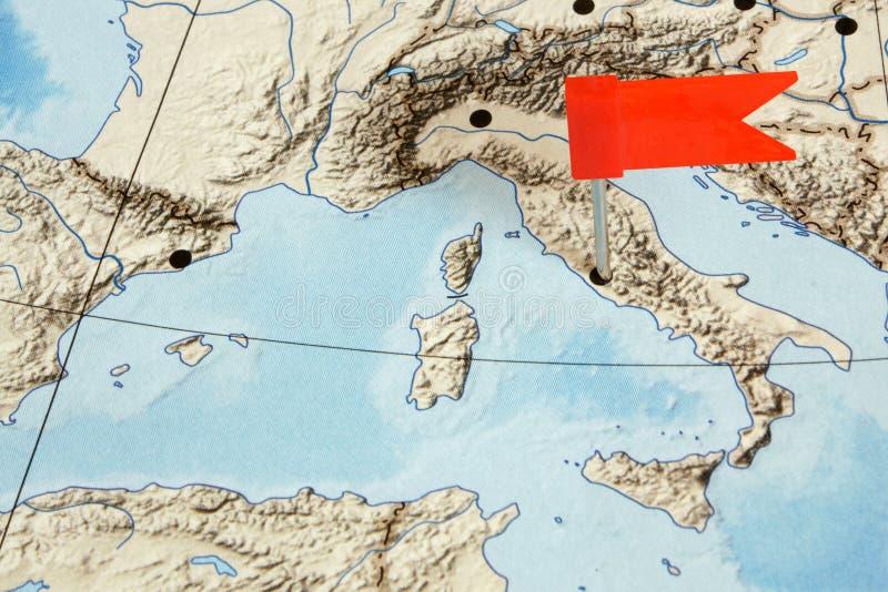 Bandeira em um mapa foto de stock
