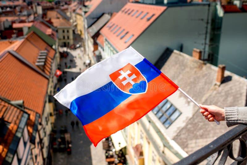 Bandeira eslovaca no fundo da cidade de Bratislava fotografia de stock