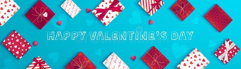 Bandeira feliz do cumprimento do dia do ` s do Valentim Vista superior nas caixas de presente no empacotamento diferente, doces s ilustração do vetor