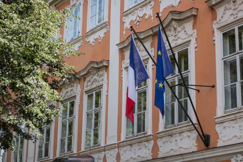 Bandeira francesa ao lado da bandeira da UE em uma construção histórica fotos de stock royalty free