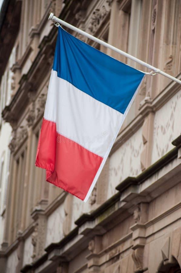bandeira francesa na fachada da construção em Strasbourg fotos de stock royalty free