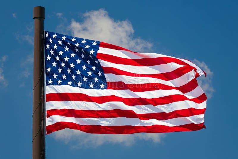A bandeira gigante dos E.U. voa imagem de stock royalty free