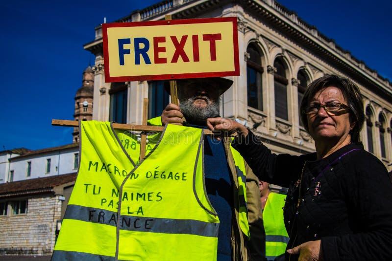 Bandeira guardada por Gilet francês Jaunes, movimento amarelo da veste, protestadores que chamam para um Frexit, saída francesa,  foto de stock