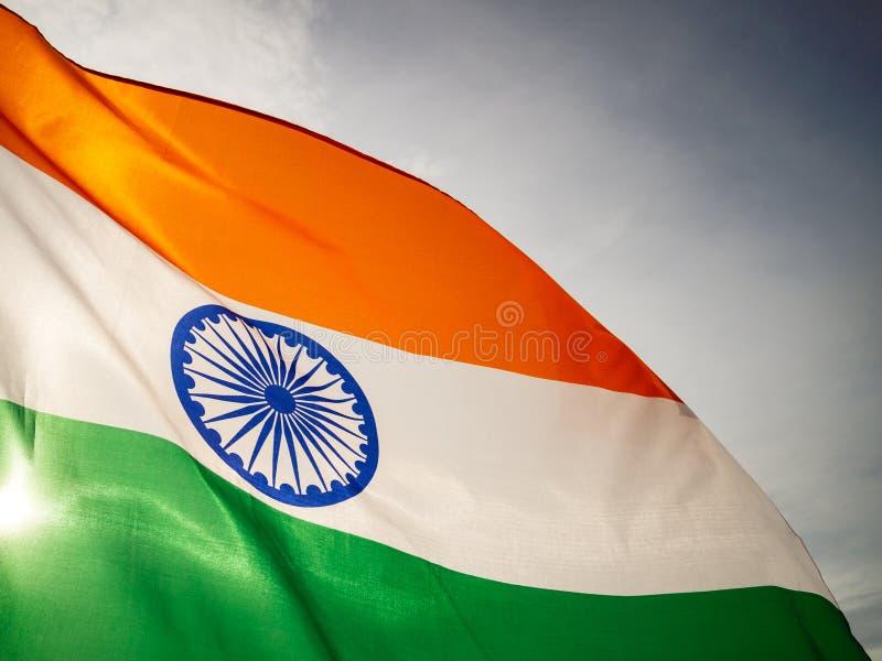 A bandeira indiana ondulada no céu do por do sol Dia da Independência indiano foto de stock royalty free