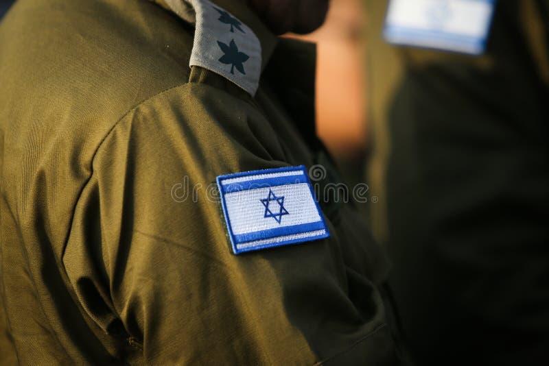 Bandeira israelita em um uniforme militar do médico foto de stock