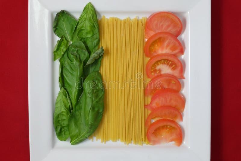 Download Bandeira Italiana Em Uma Placa Do Alimento Imagem de Stock - Imagem de alimento, italy: 65580603