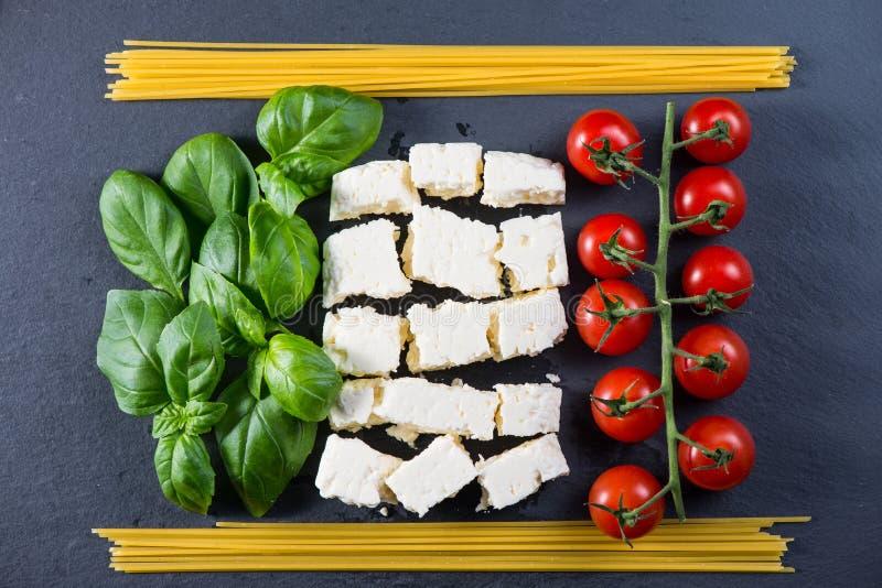 Bandeira italiana feita dos alimentos frescos fotografia de stock royalty free