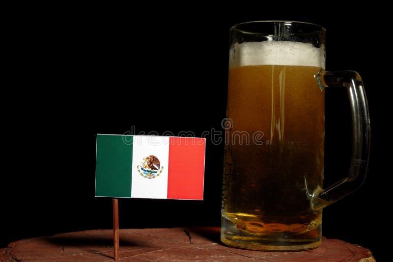Bandeira mexicana com a caneca de cerveja isolada no preto imagem de stock royalty free