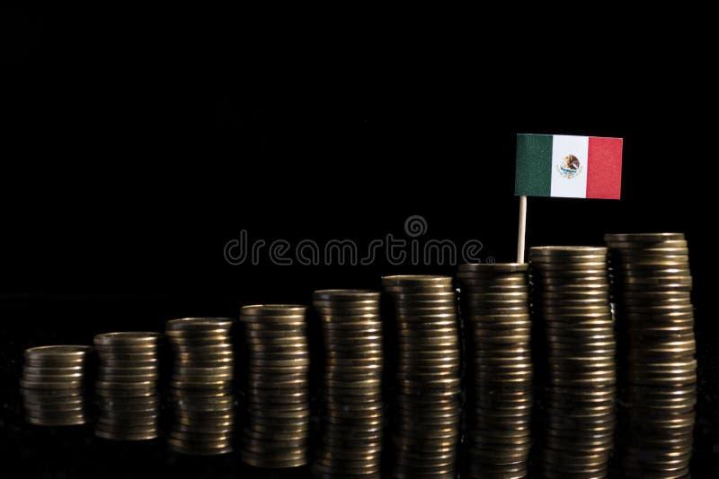 Bandeira mexicana com lote das moedas isoladas no preto fotos de stock royalty free