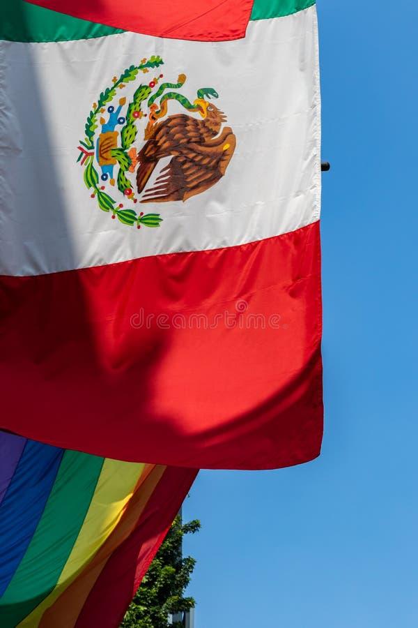 A bandeira mexicana e uma bandeira do Orgulho LGBTQ em um prédio de escritórios - Cidade do México, México fotos de stock royalty free