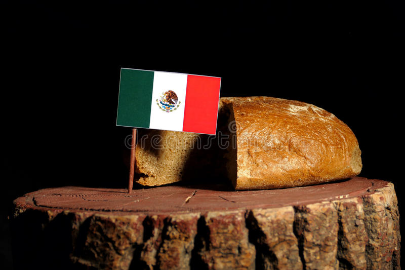 Bandeira mexicana em um coto com pão fotos de stock