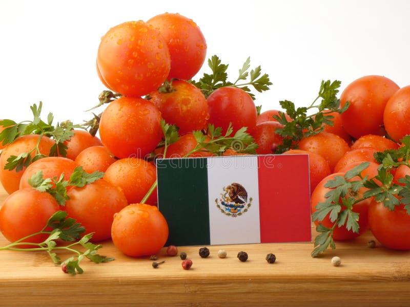 Bandeira mexicana em um painel de madeira com os tomates isolados em um branco fotos de stock