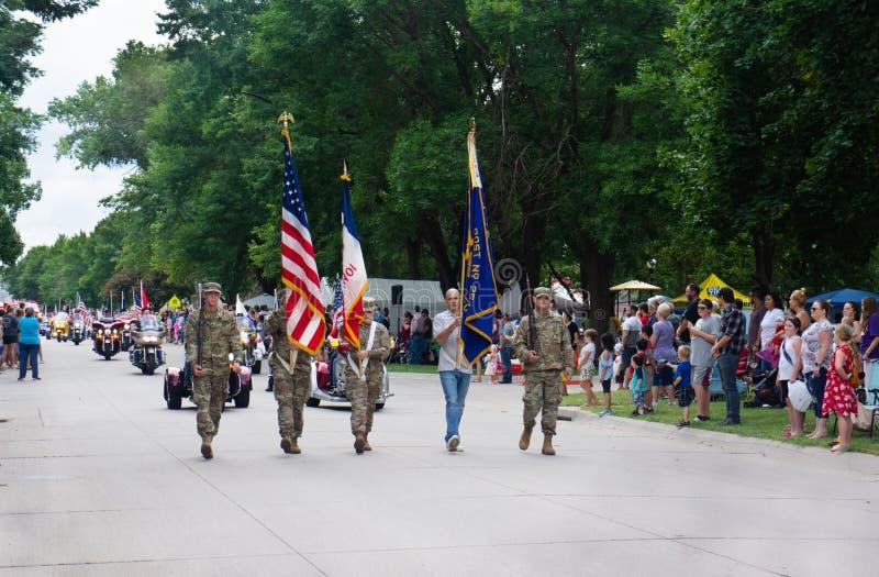 Bandeira militar da parada de Memorial Day da cidade pequena imagens de stock royalty free