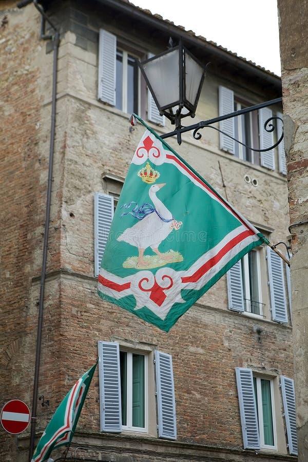 Bandeira na beira do contrada, Siena do Oca, Toscânia, Itália imagens de stock