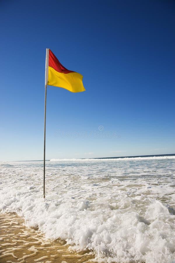 Bandeira na praia. imagem de stock royalty free