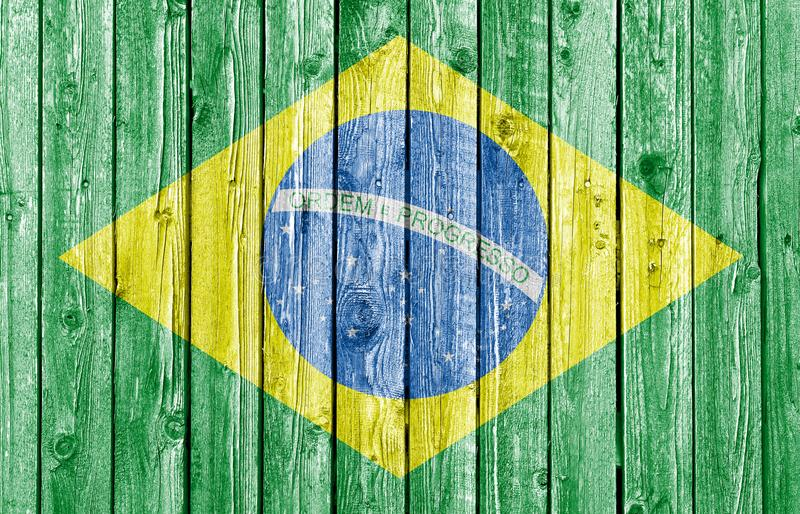 Bandeira nacional de Brasil no fundo de madeira branco velho foto de stock royalty free