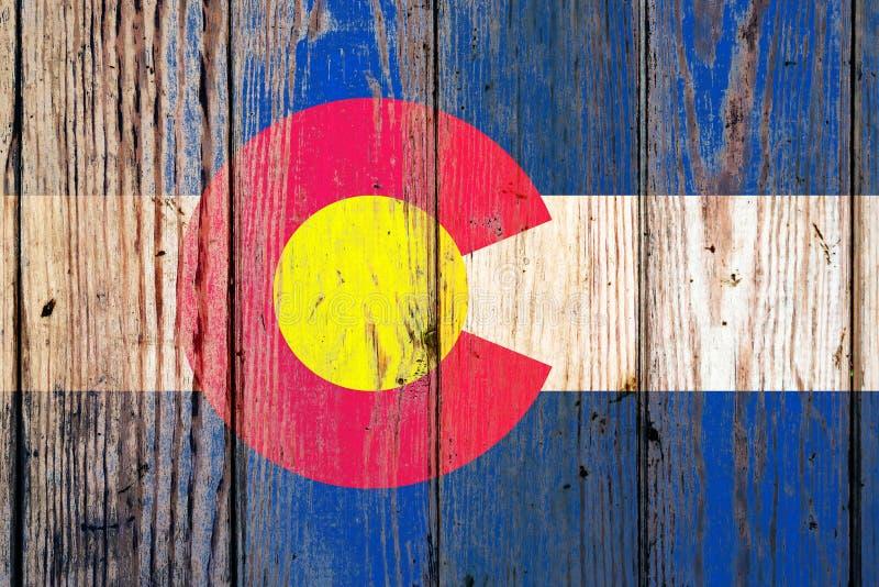 Bandeira nacional de estado de Colorado E.U. em um fundo cinzento das placas de madeira no dia da independência em cores diferent foto de stock