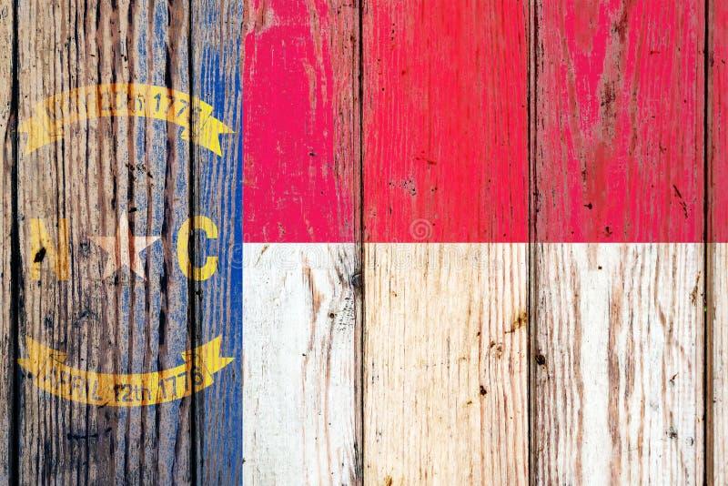 Bandeira nacional de estado de North Carolina E.U. em um fundo cinzento das placas de madeira no dia da independência em cores di fotografia de stock
