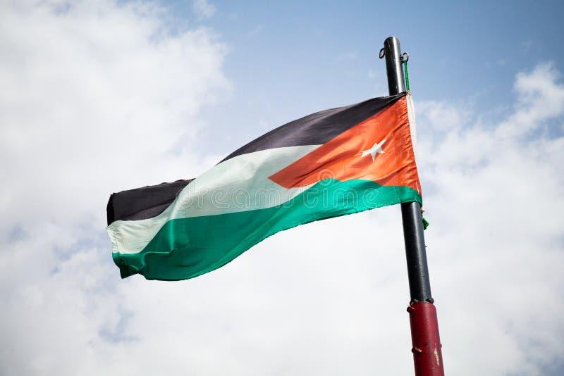 Bandeira nacional de Jordânia que acena no vento fotografia de stock royalty free