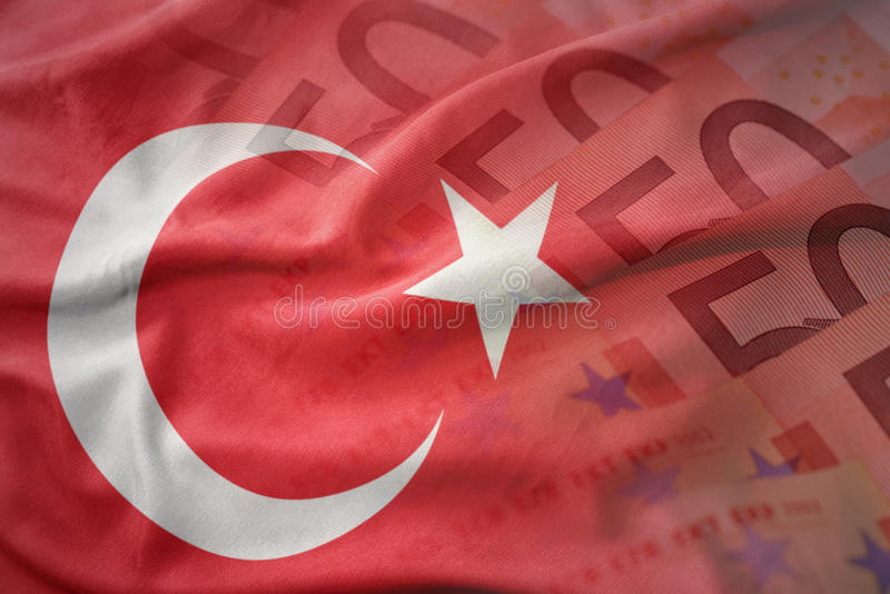 bandeira nacional de ondulação colorida do peru em um fundo das cédulas do dinheiro do euro fotos de stock royalty free
