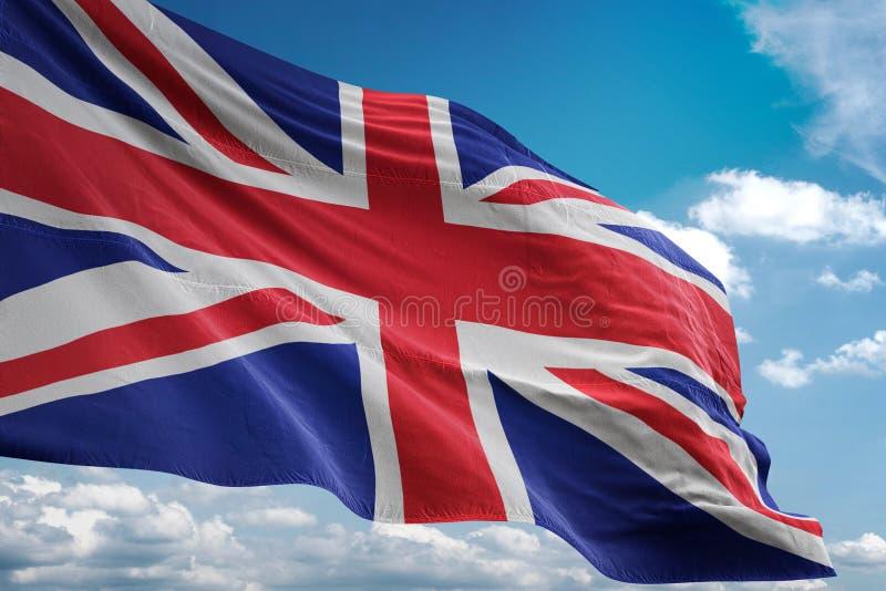 Bandeira nacional de Reino Unido que acena a ilustração 3d realística do fundo do céu azul ilustração royalty free