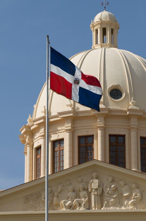 Bandeira nacional e palácio da república de Domincan imagem de stock royalty free