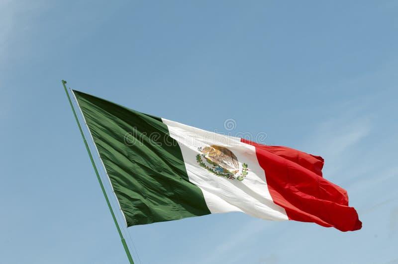 Bandeira nacional mexicana que acena contra um céu azul imagens de stock royalty free