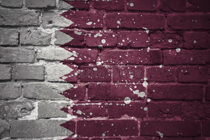 Bandeira nacional pintada de qatar em uma parede de tijolo fotografia de stock royalty free