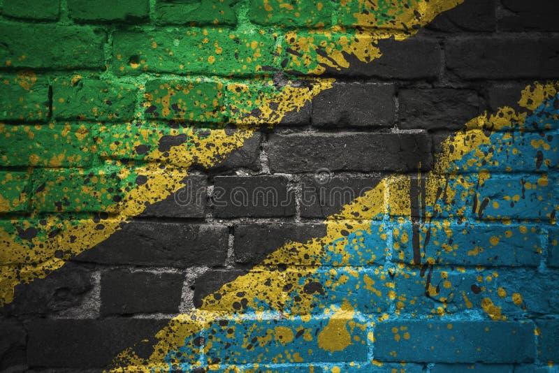 Bandeira nacional pintada de Tanzânia em uma parede de tijolo fotografia de stock
