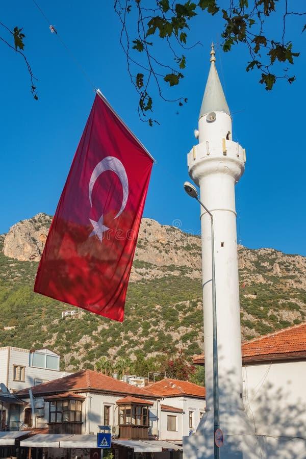 Bandeira nacional turca e minarete branco em Kas, Turquia imagens de stock