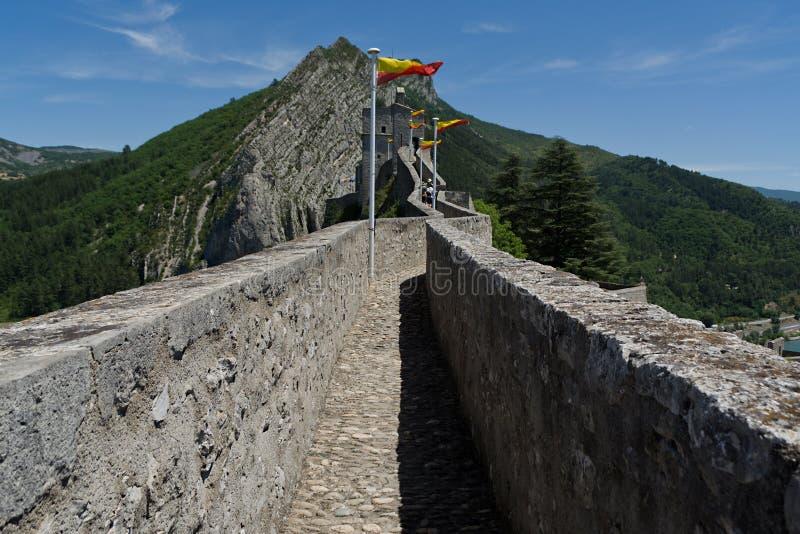 Bandeira nas paredes da fortaleza Sisteron foto de stock