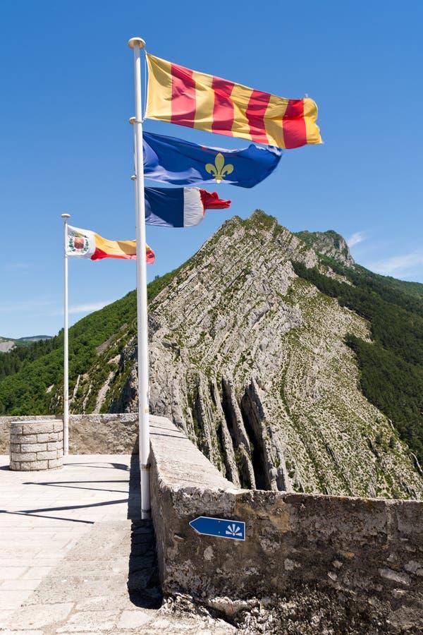 Bandeira nas paredes da fortaleza Sisteron imagens de stock