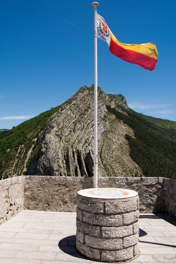 Bandeira nas paredes da fortaleza Sisteron imagem de stock