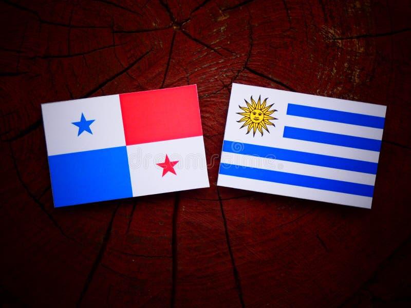 Bandeira panamense com bandeira de Uruguaian em um coto de árvore isolado ilustração royalty free