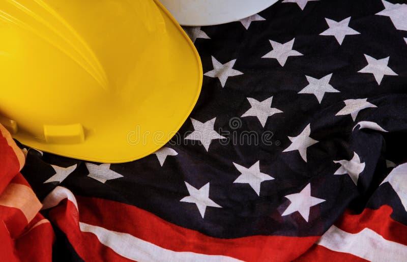 Bandeira patriótica dos EUA do americano feliz do Dia do Trabalhador e capacete amarelo imagem de stock royalty free