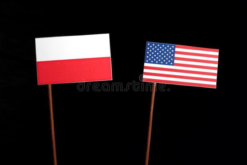Bandeira polonesa com a bandeira dos EUA no preto imagens de stock