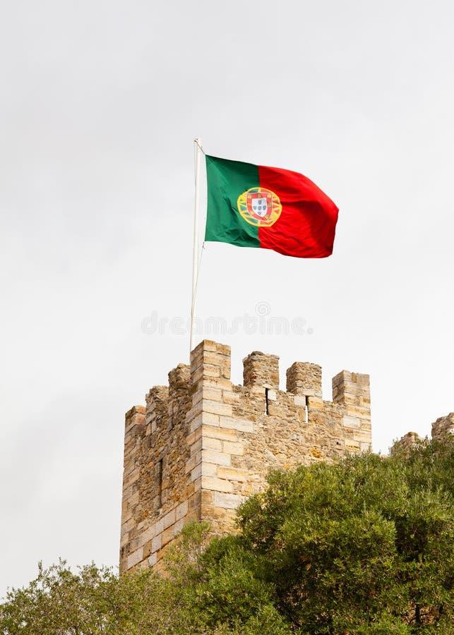 A bandeira portuguesa é representada sobre o Sao Jorge Castle fotografia de stock royalty free