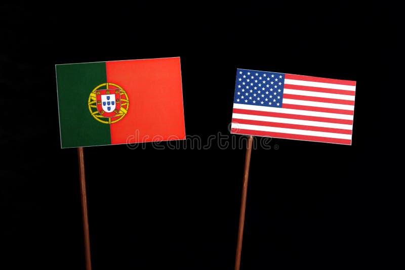Bandeira portuguesa com a bandeira dos EUA no preto foto de stock