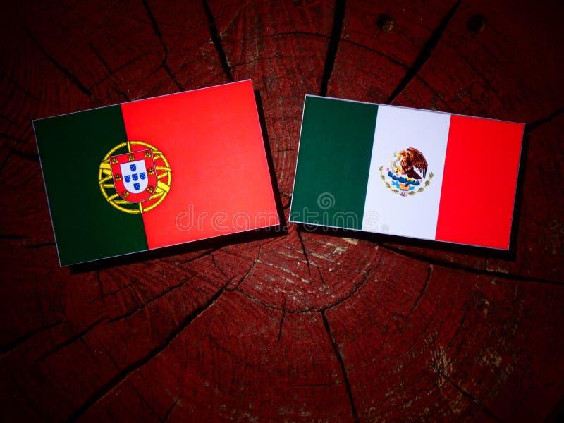 Bandeira portuguesa com bandeira mexicana em um coto de árvore isolado foto de stock royalty free