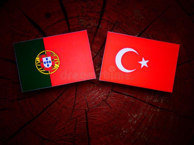 Bandeira portuguesa com bandeira turca em um coto de árvore fotografia de stock