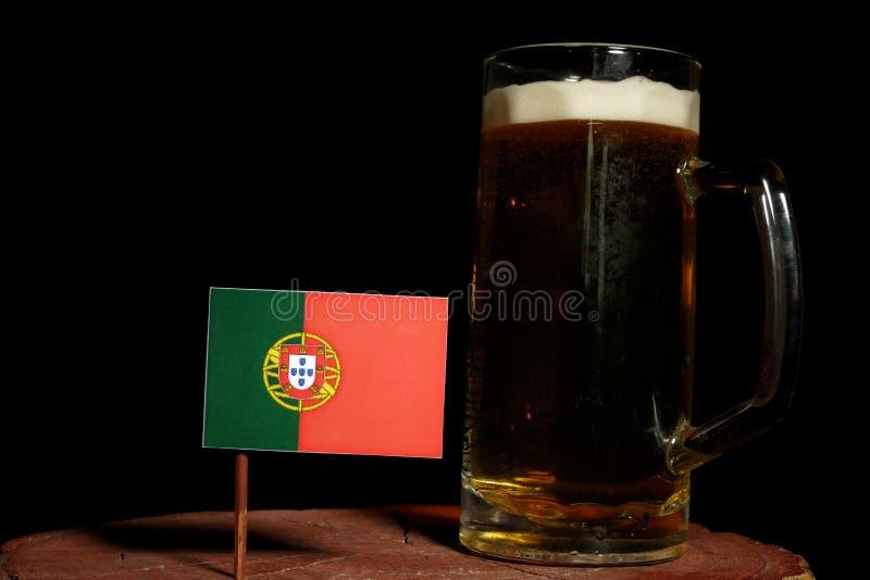 Bandeira portuguesa com a caneca de cerveja no preto foto de stock