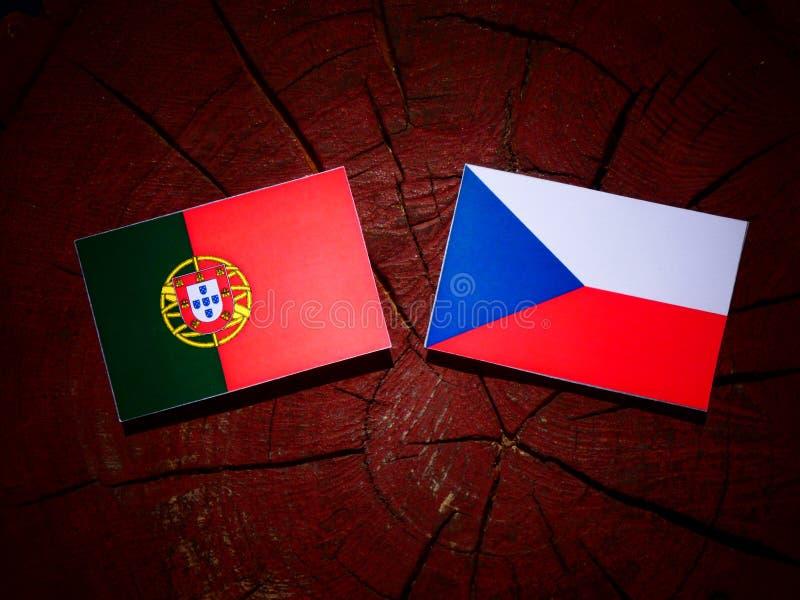 Bandeira portuguesa com bandeira checa em um coto de árvore fotografia de stock