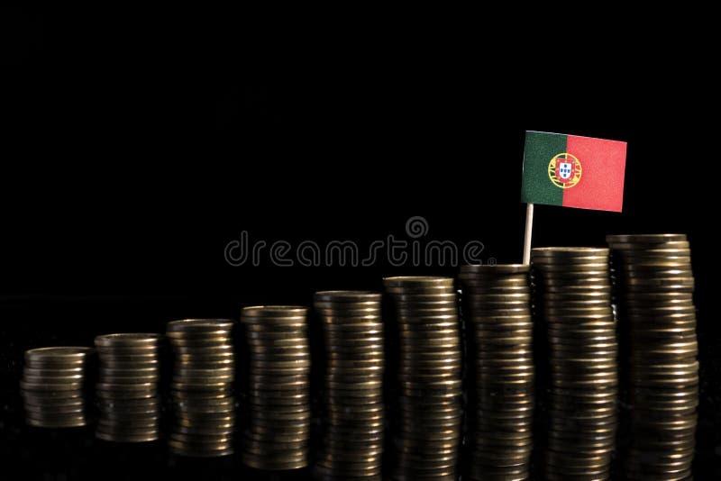 Bandeira portuguesa com lote das moedas no preto fotos de stock royalty free