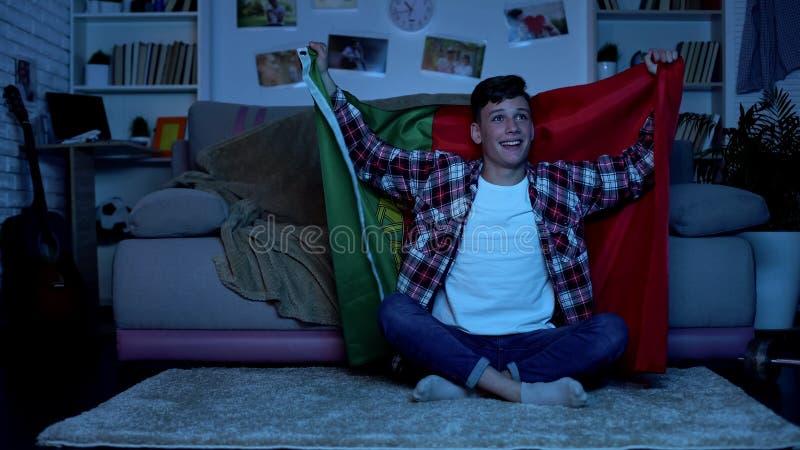 Bandeira portuguesa da terra arrendada do adolescente, equipe nacional cheering, competi??o de esportes fotografia de stock royalty free