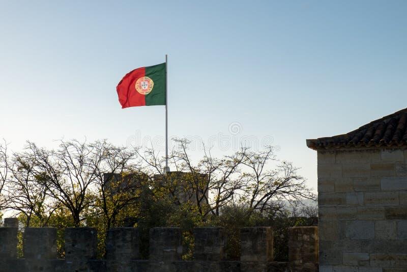 Bandeira portuguesa de ondulação bonita em Saint George Castle lisboa fotos de stock