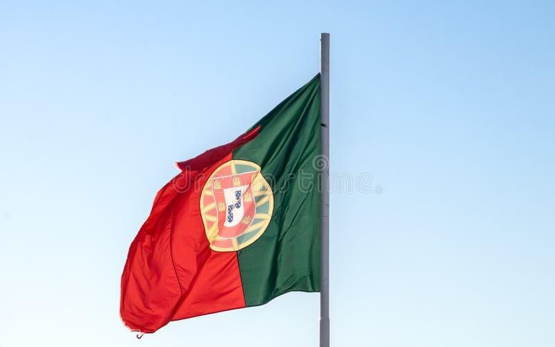 Bandeira portuguesa de ondulação bonita no fundo do céu azul lisboa imagens de stock royalty free